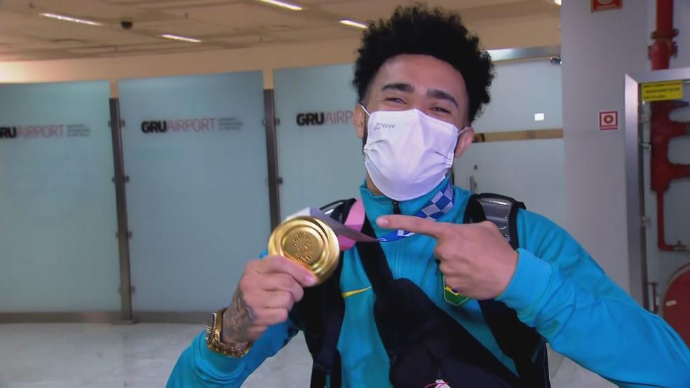 Seleções masculinas de futebol e de vôlei chegam ao aeroporto de Guarulhos após Olimpíada em Tóquio